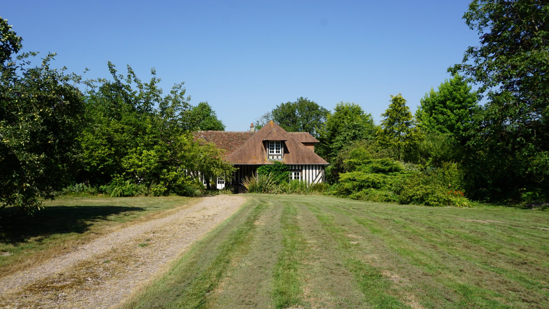 PAYS D'AUGE - CALVADOS Région de Livarot une maison normande avec une maison d'amis, un studio, des dépendances un terrain d'1ha2 environ