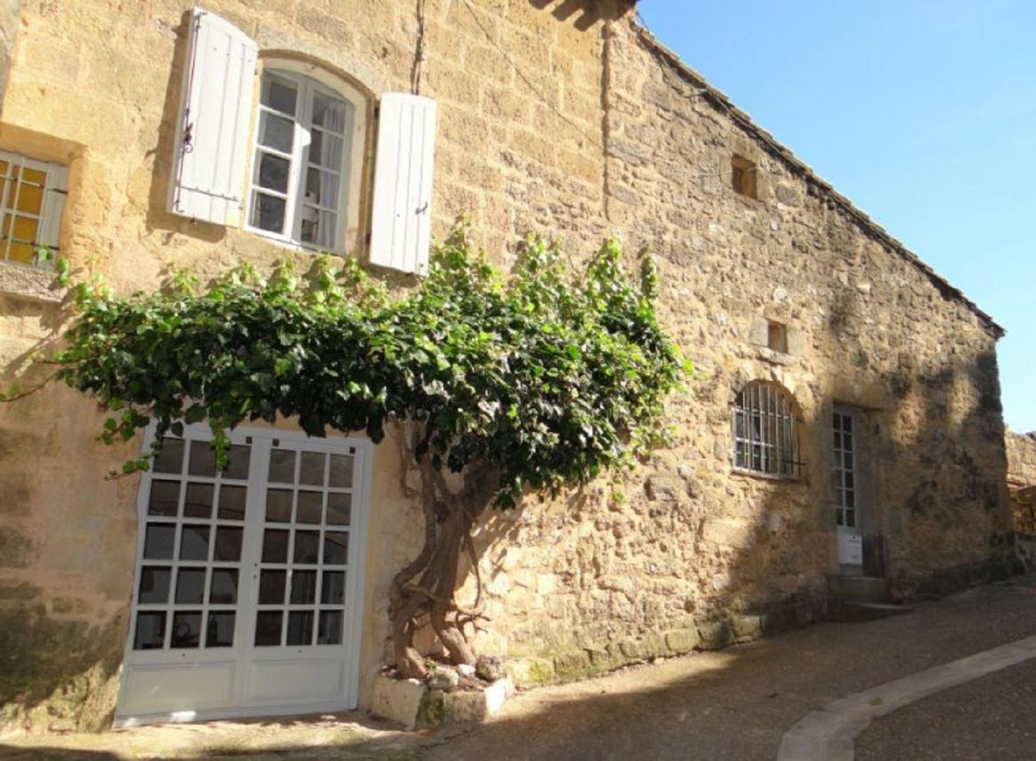 Urcharmigt byhus med innergård och terrass