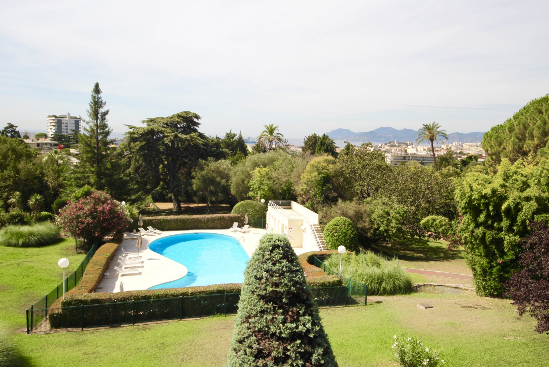 Cannes Bénéfiat Superb 2-bedroom apartment 107 sqm Terrace and Sea View