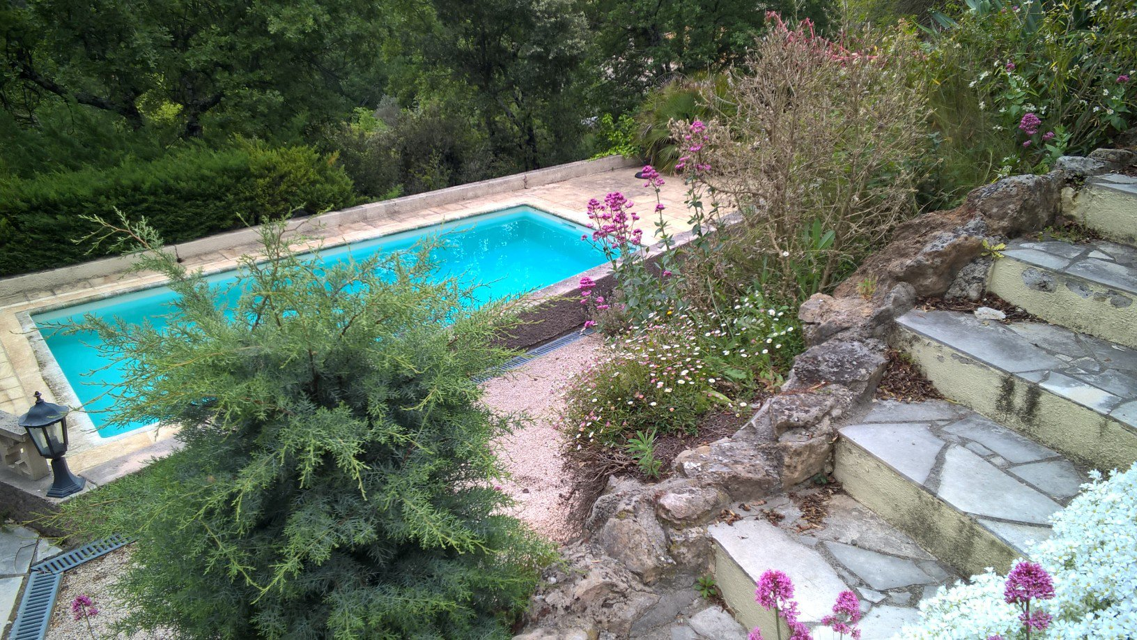 2/3 bedroom house and swimmingpool, quiet location Sillans, with views.