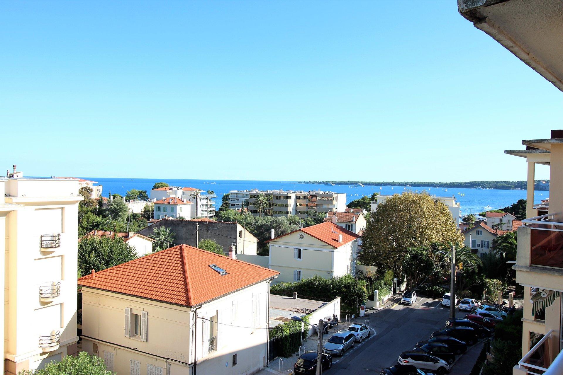 Cannes, Basse-Californie, 1 bedroom apartment on the top floor.