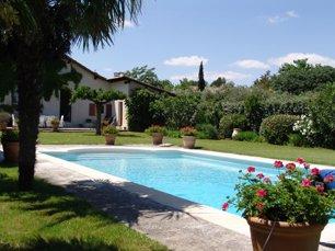 maison typique provençale avec piscine à 10 mn à pieds du centre du village