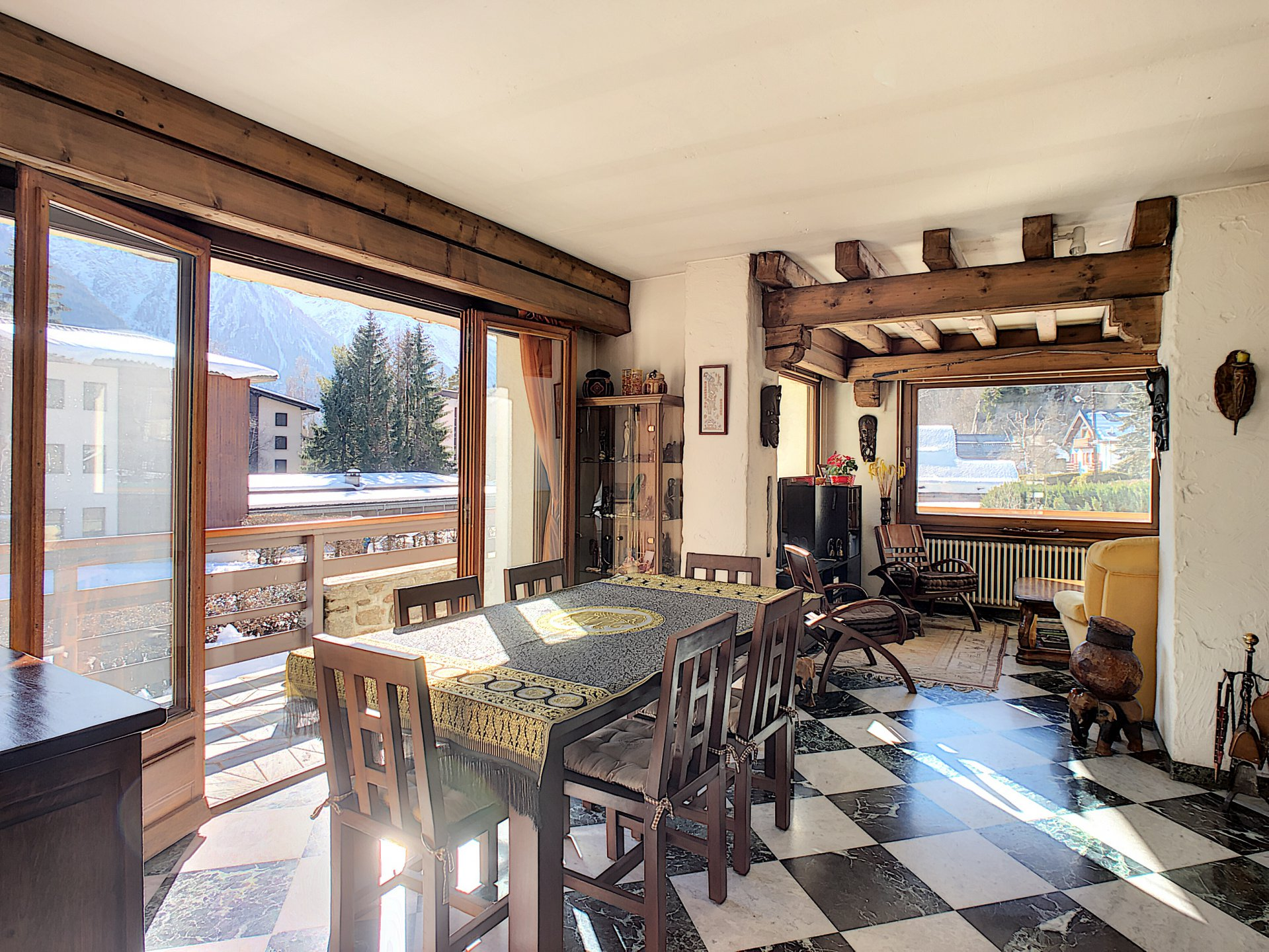 Soggiorno e sala da pranzo con accesso al balcone