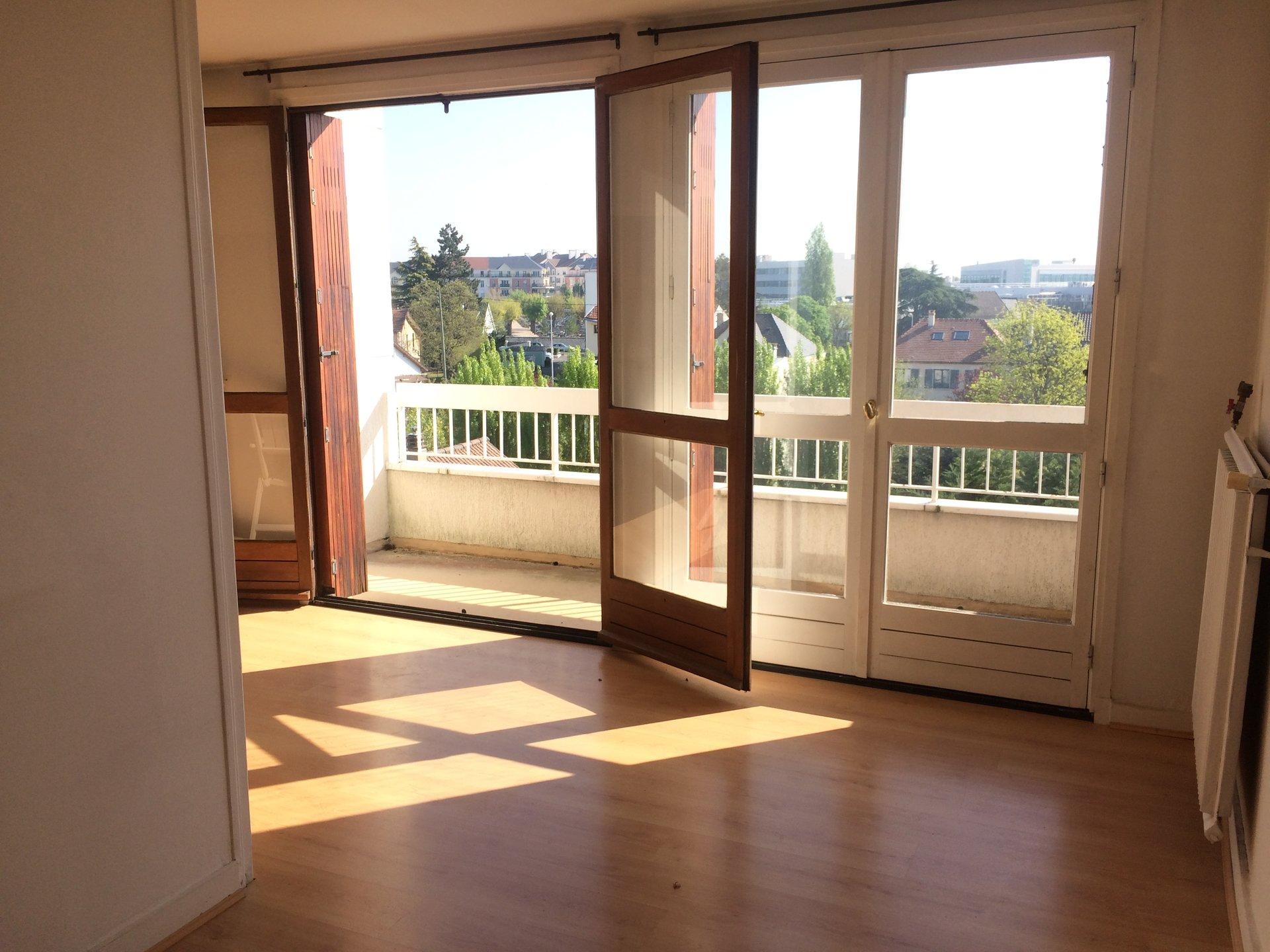 A 17 min à pied du RER, dernier étage, 2 pièces de 54 m²