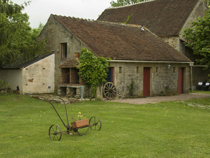 Te koop Bourgogne 58. Herenboerderij met2 huizen op 2.03 ha.