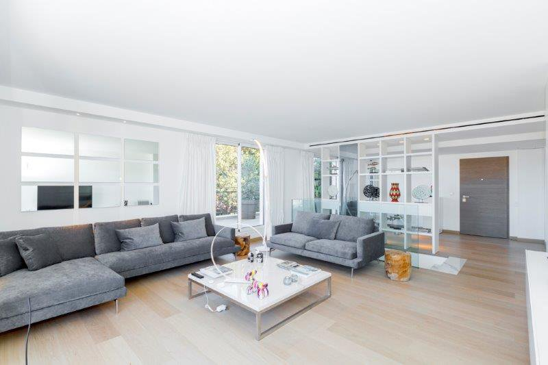 NICE - Spacious south-west exposed duplex with large terraces in an exclusive residence with swimming pool. Double garage and cellar.