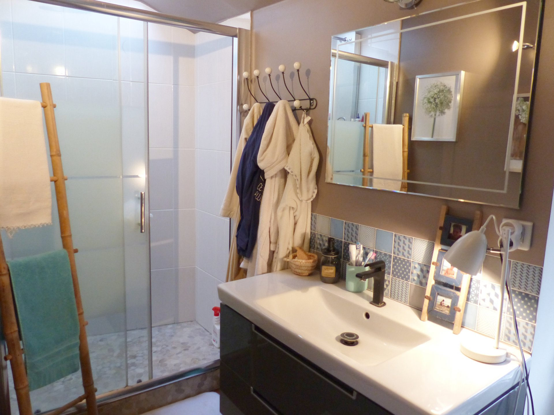 RARE, à 10 min à pieds du centre de Flacé, au calme absolu, venez découvrir ce bel appartement en duplex rénové d'une surface de 112.88 m². Ce bien dispose d'une vaste pièce de vie avec une cuisine équipée, un salon, trois chambres, un bureau, une salle d'eau, deux toilettes ainsi qu'une buanderie et un cellier. Vous serez séduits par le charme de cet appartement très cosy ainsi que sa très belle terrasse exposée plein sud. Stationnement privatif. Petite copropriété à faibles charges (3 lots principaux). Honoraires à la charge du vendeur.
