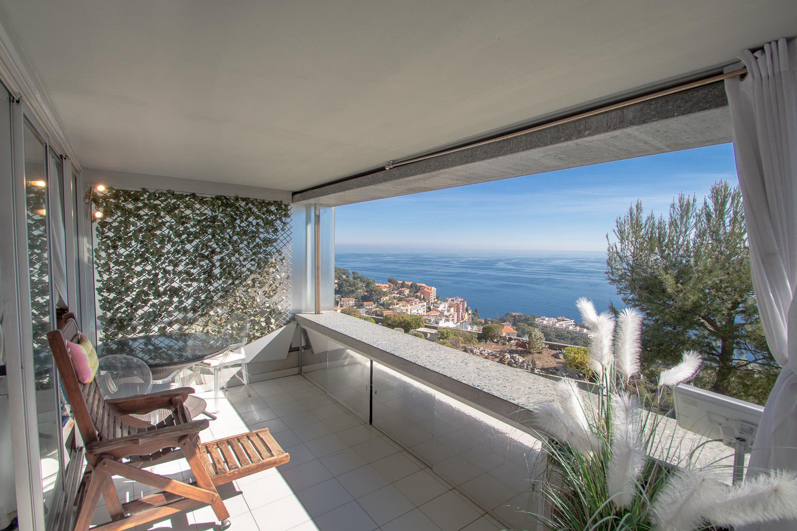 Apartment in Cap-d'Ail with large terrace and panoramic sea view, in a luxury residence with pool and restaurant