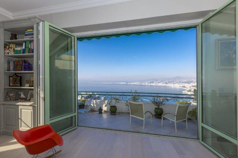 Rare offer: Top floor apartment with stunning view of the Baie des Anges