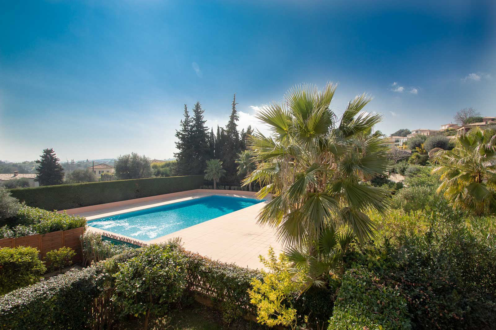 Sulla Costa Azzurra, tra Nizza e Antibes, a Villeneuve Loubet.Questa Casa en una Residenza privata