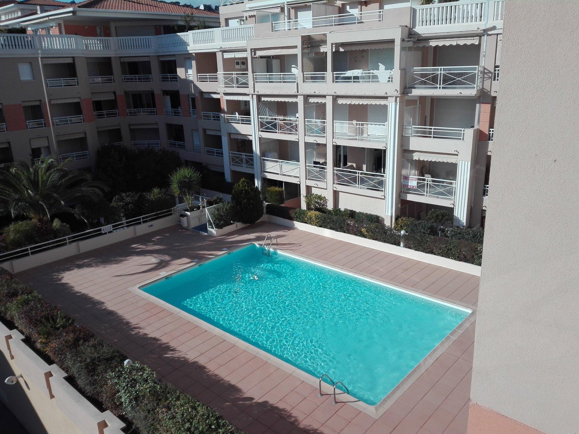 Bel F2 au 3 ème étage d'une résidence avec piscine et gardien vue mer, loggia et garage