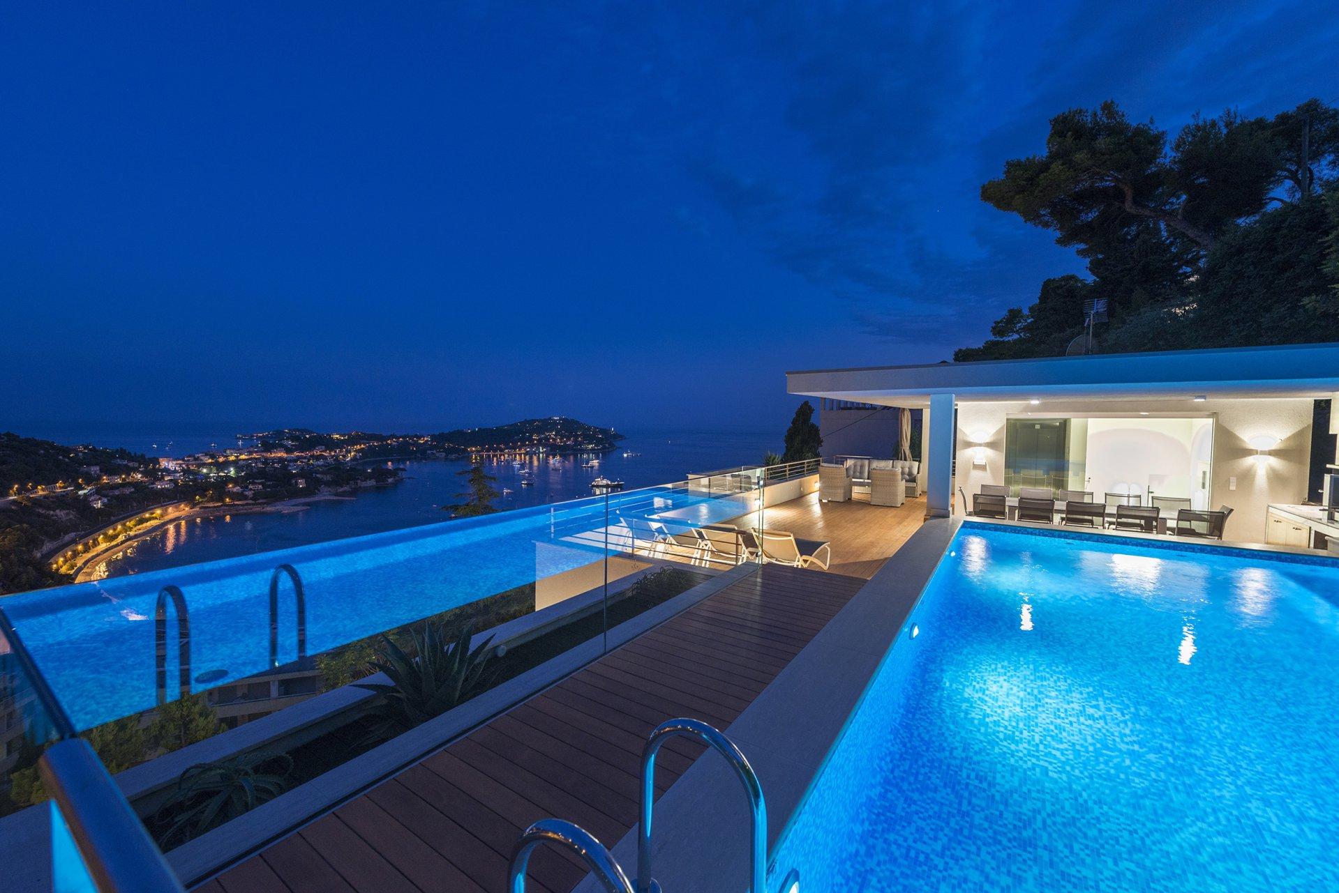 Villefranche sur mer; luxueuse villa moderne de 450 m, 6 chambres, vue mer, piscine