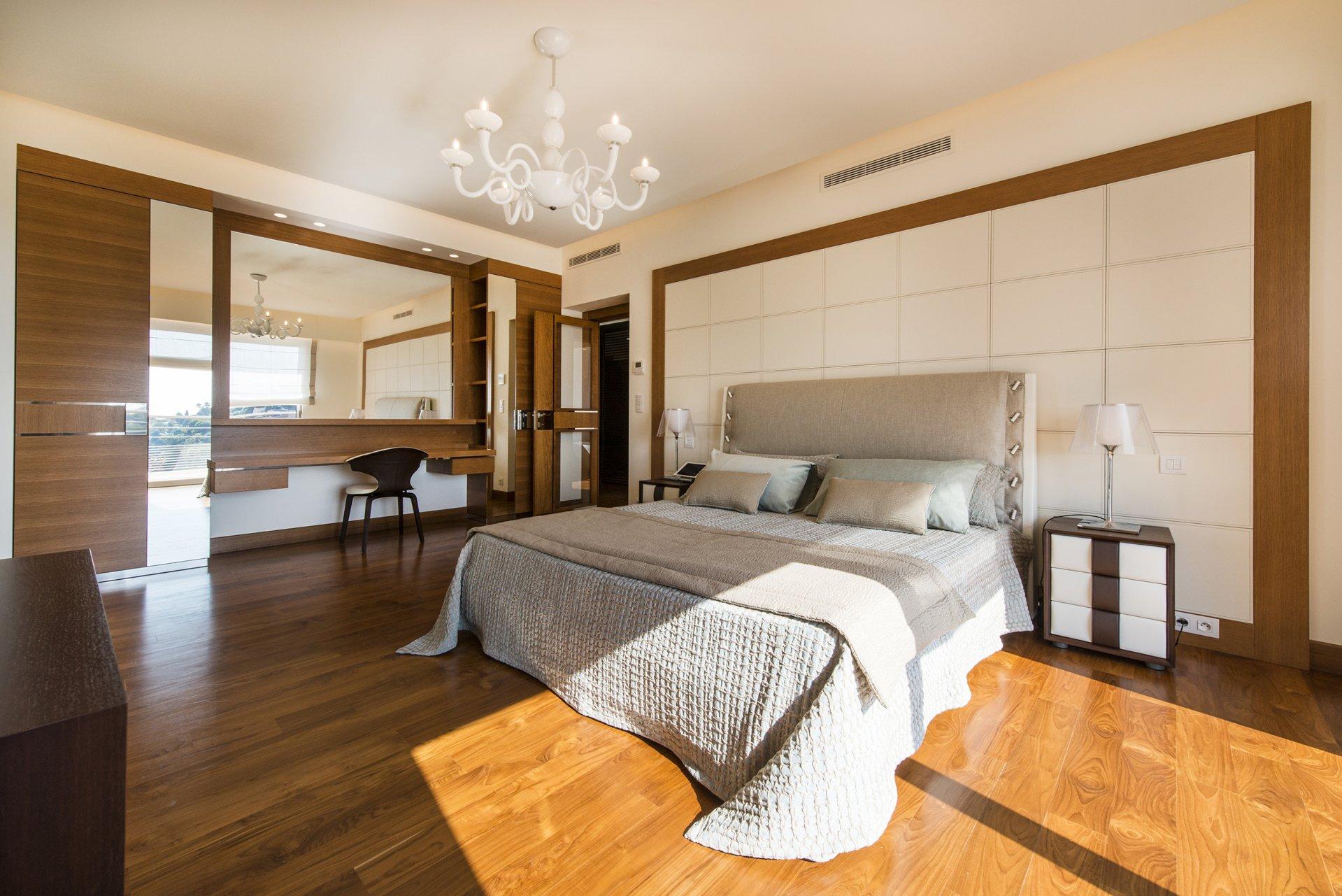 Lustre, ventilateur de plafond, lumière naturelle