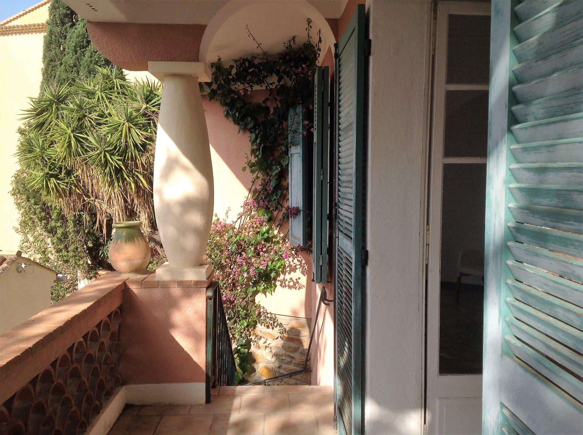 Bormes village - Maison vue dégagée avec jardin