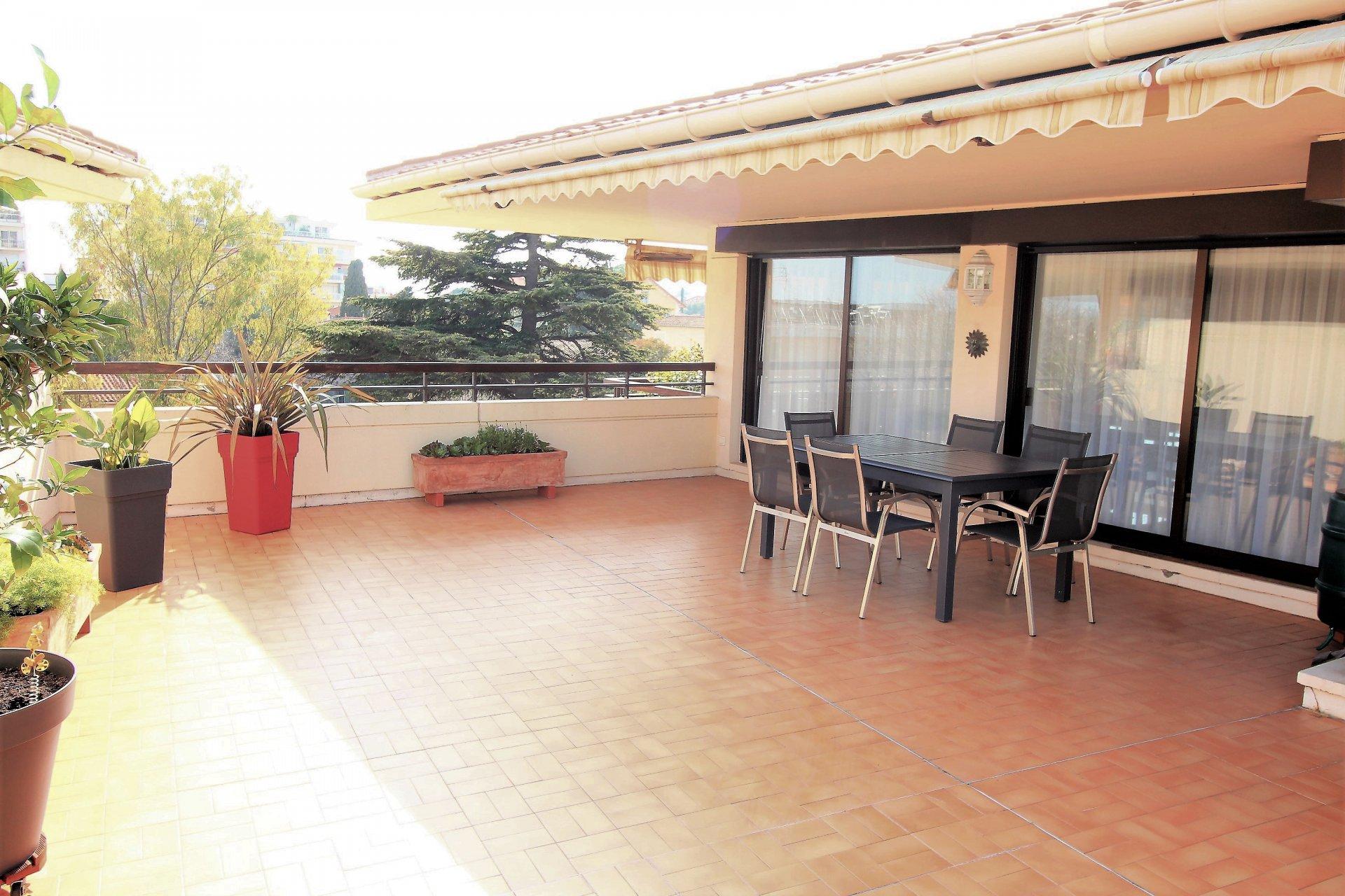 Cannes, Petit-Juas, villa-toit 130m², terrasses 100m²