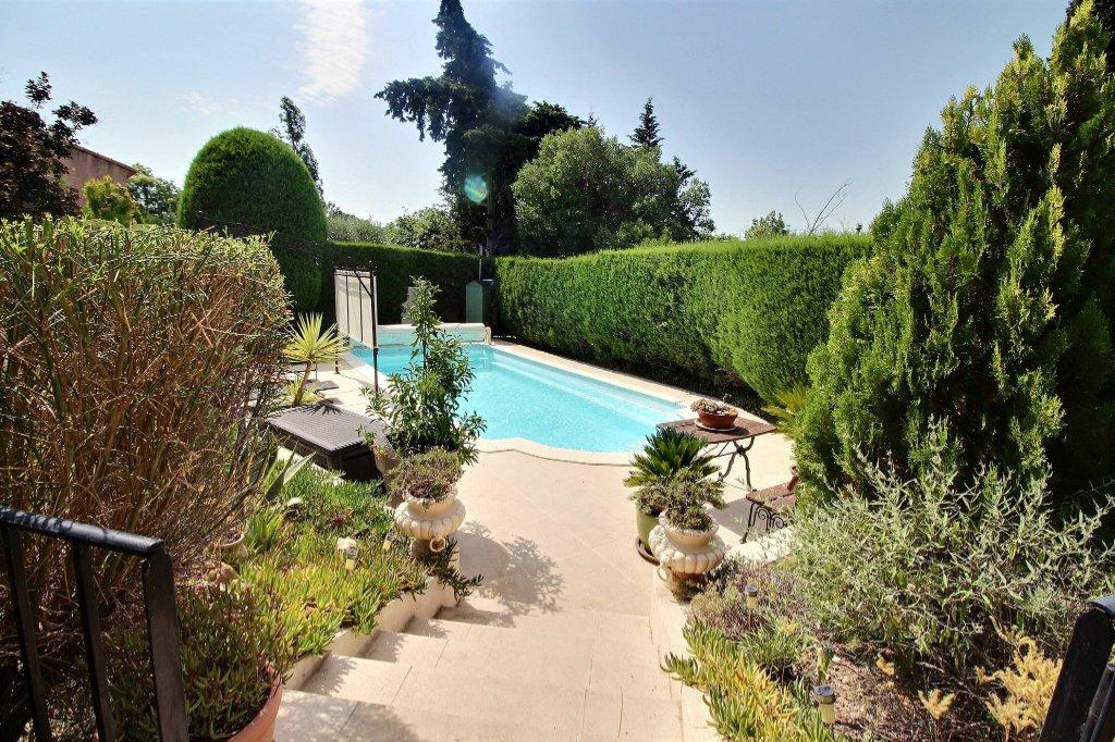 VILLA - LES CAMOINS VILLAGE - MARSEILLE 13011 - TYPE 7 de 250 m² environ sur 1000 m² de terrain - Piscine - Cuisine d'été - Sous-sol de 100 m² environ