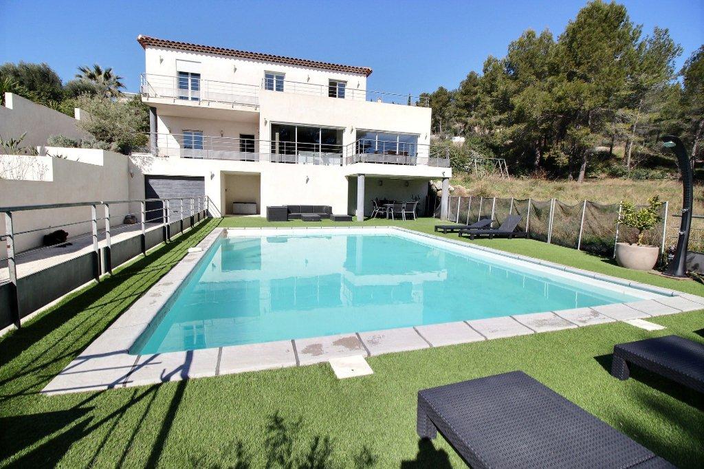 VILLA - LES ACCATES - MARSEILLE 13011 - T7 de 240 m² - Sous-sol aménagé de 170 m² - sur 3951 m² de terrain  - Piscine