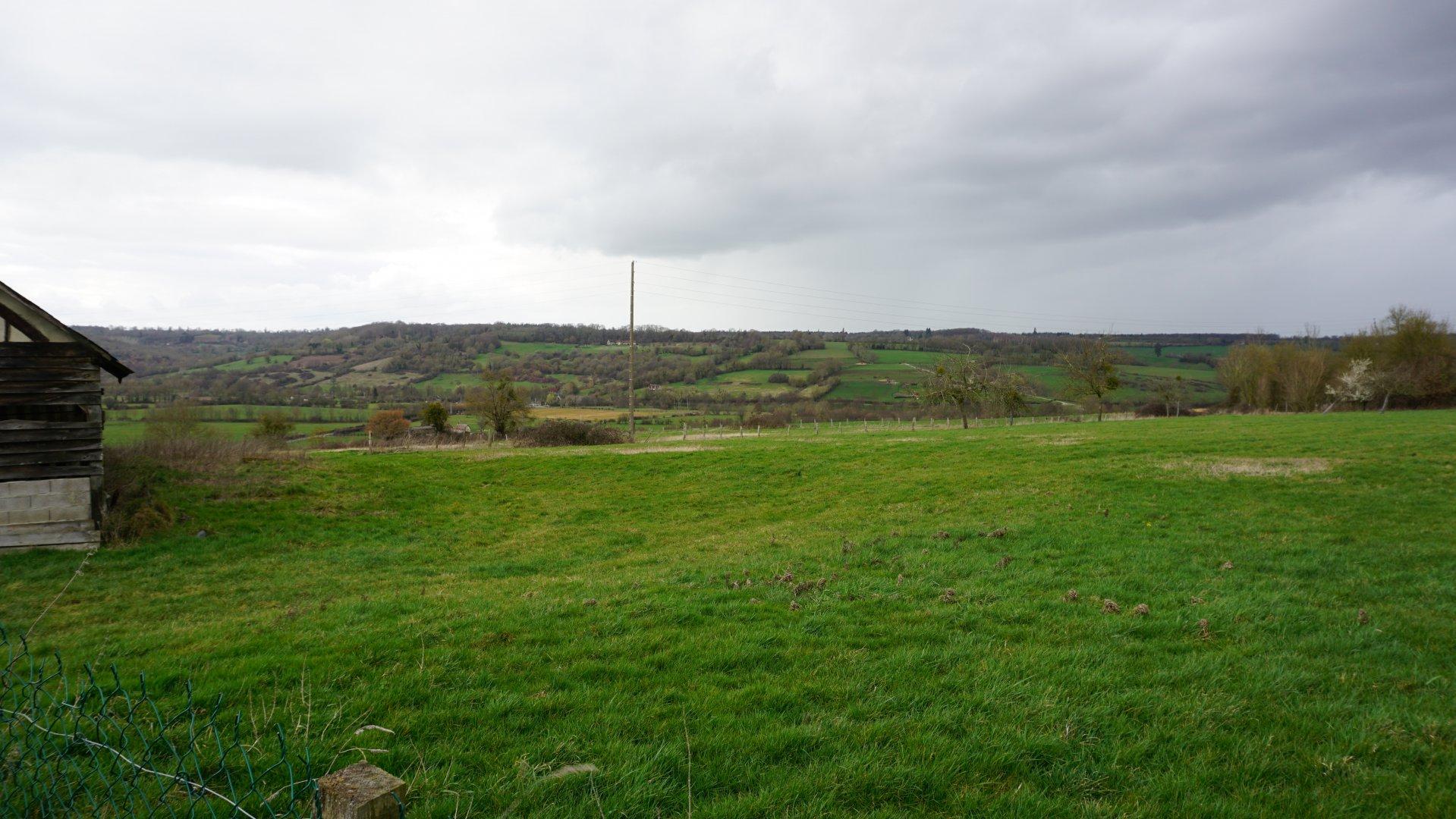 PAYS D'AUGE- ORNE une ancienne ferme avec environ 4 hectares