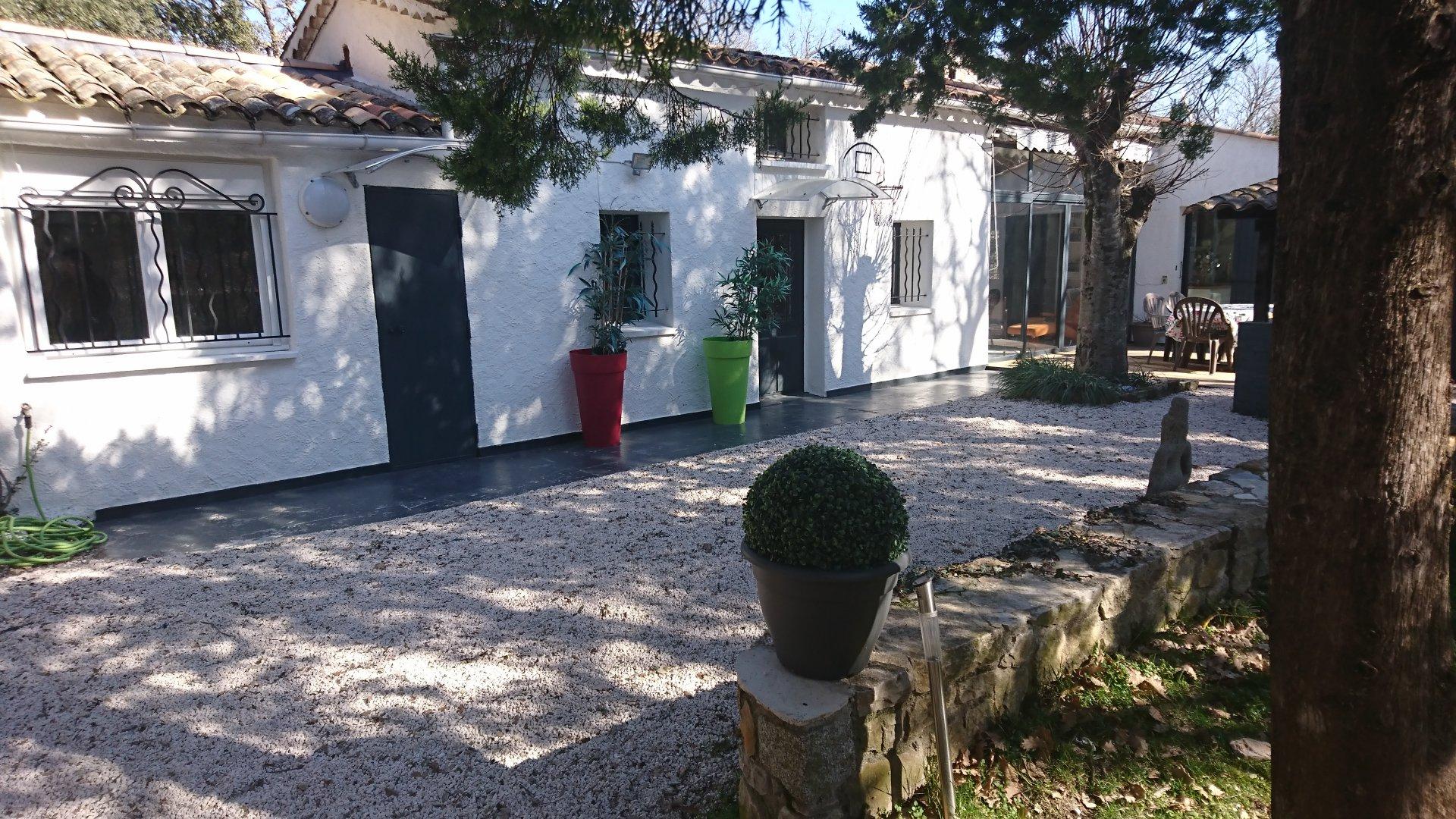 LORGUES, MAISON EN BON ETAT + STUDIO SUR 5519 M² DE TERRAIN AVEC PISCINE
