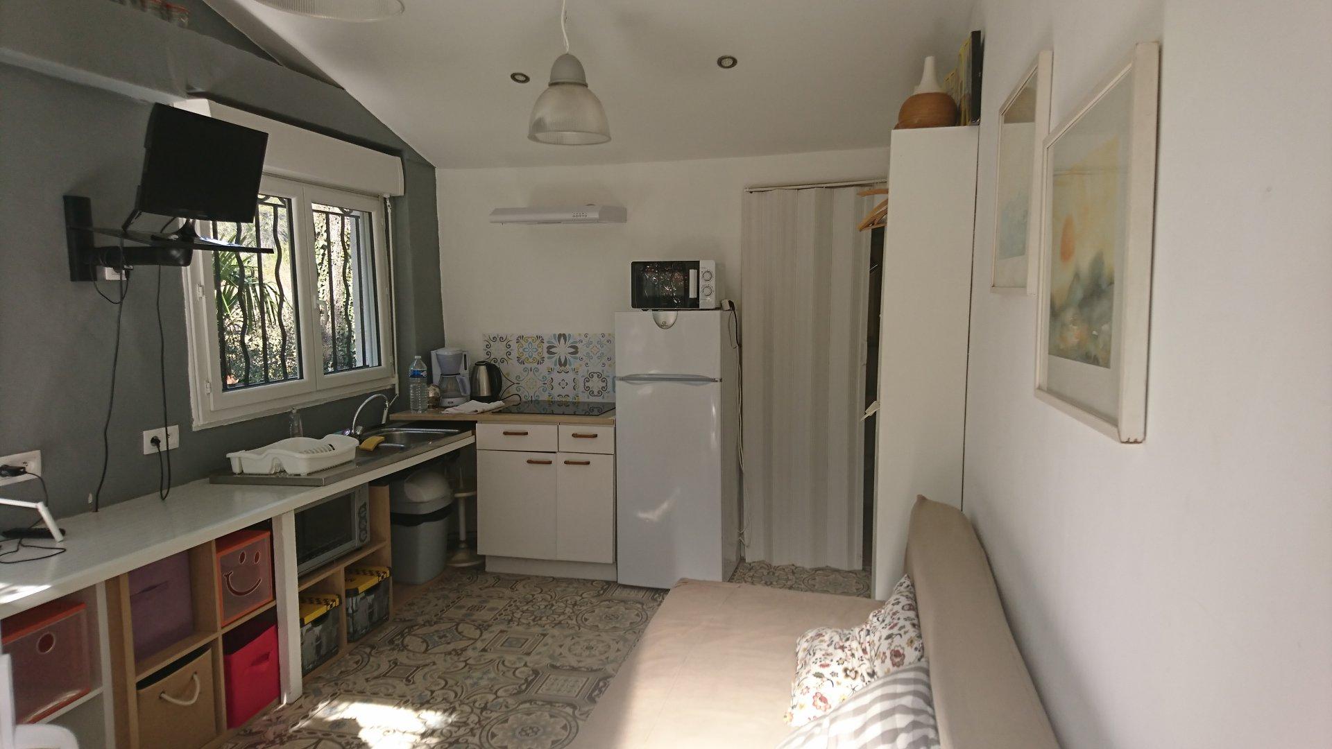 LORGUES, maison en bon état + studio sur 5519 m² de terrain avec piscine