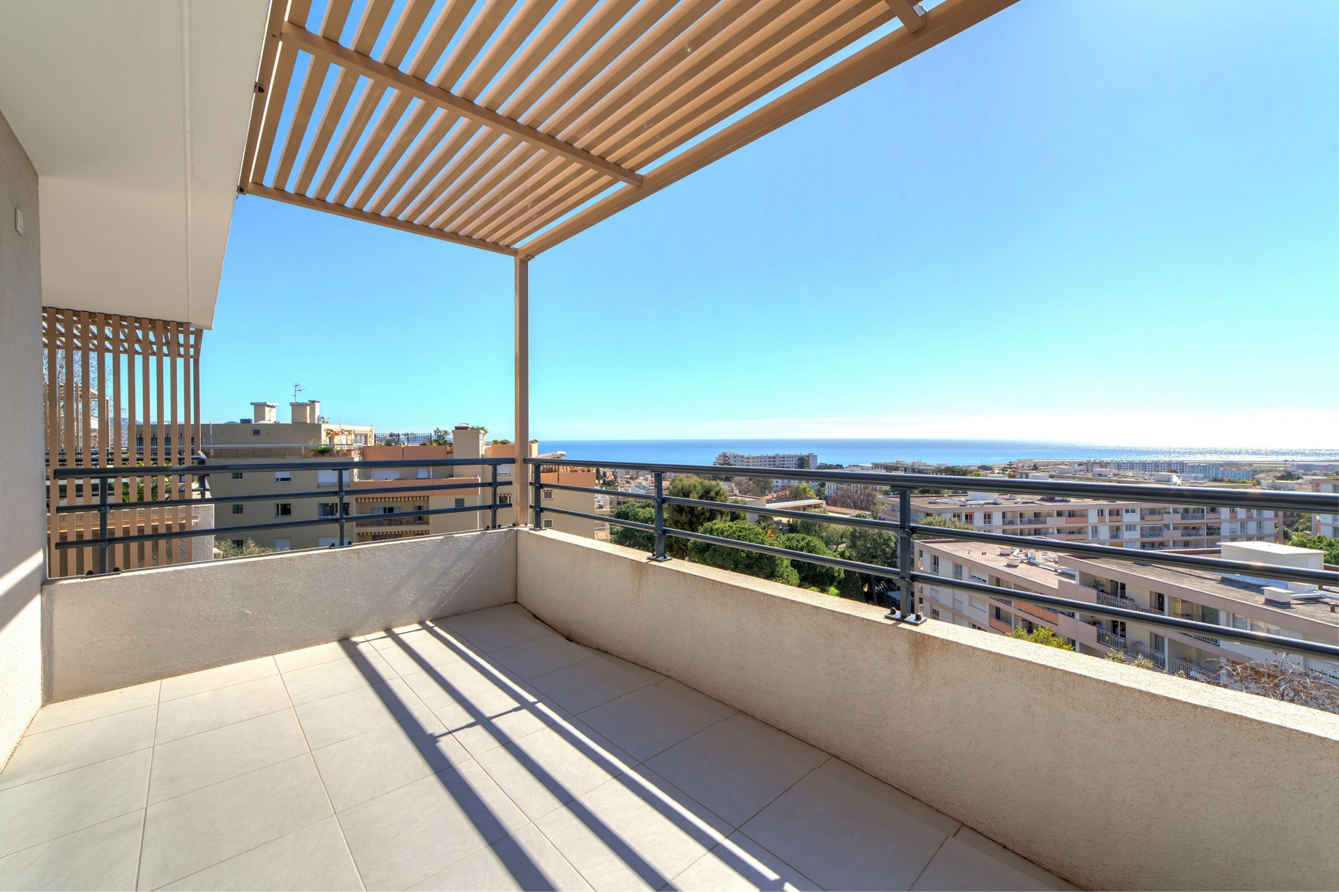 Recent two-bed apartment, pool, panoramic sea view in Nice