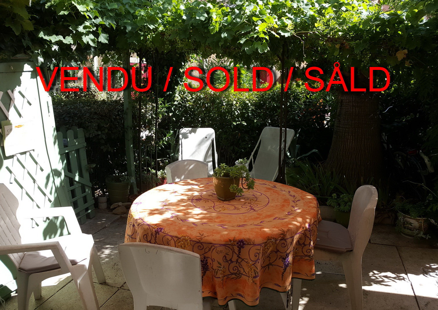 Semi attached house with small garden in gated residence near Béziers