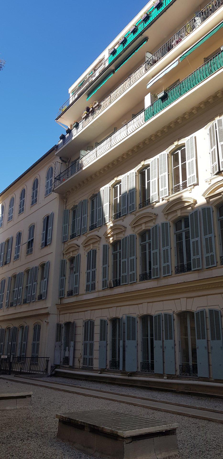 2 Pièces dernier étage plein centre