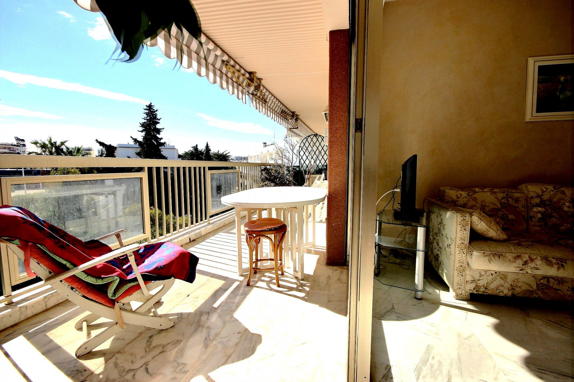Property for sale with large terrace in a building near the Croisette