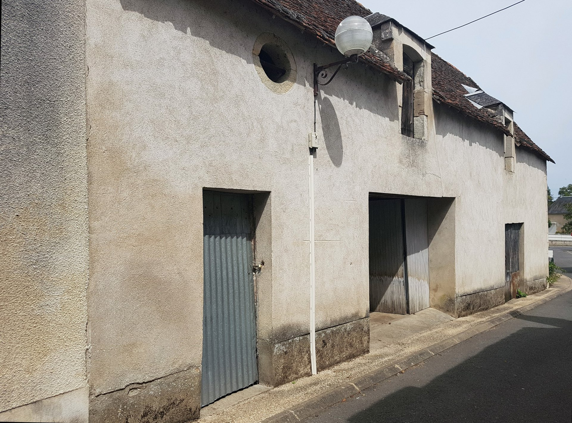 Near Montmorillon, Vienne 86: house with garages and garden