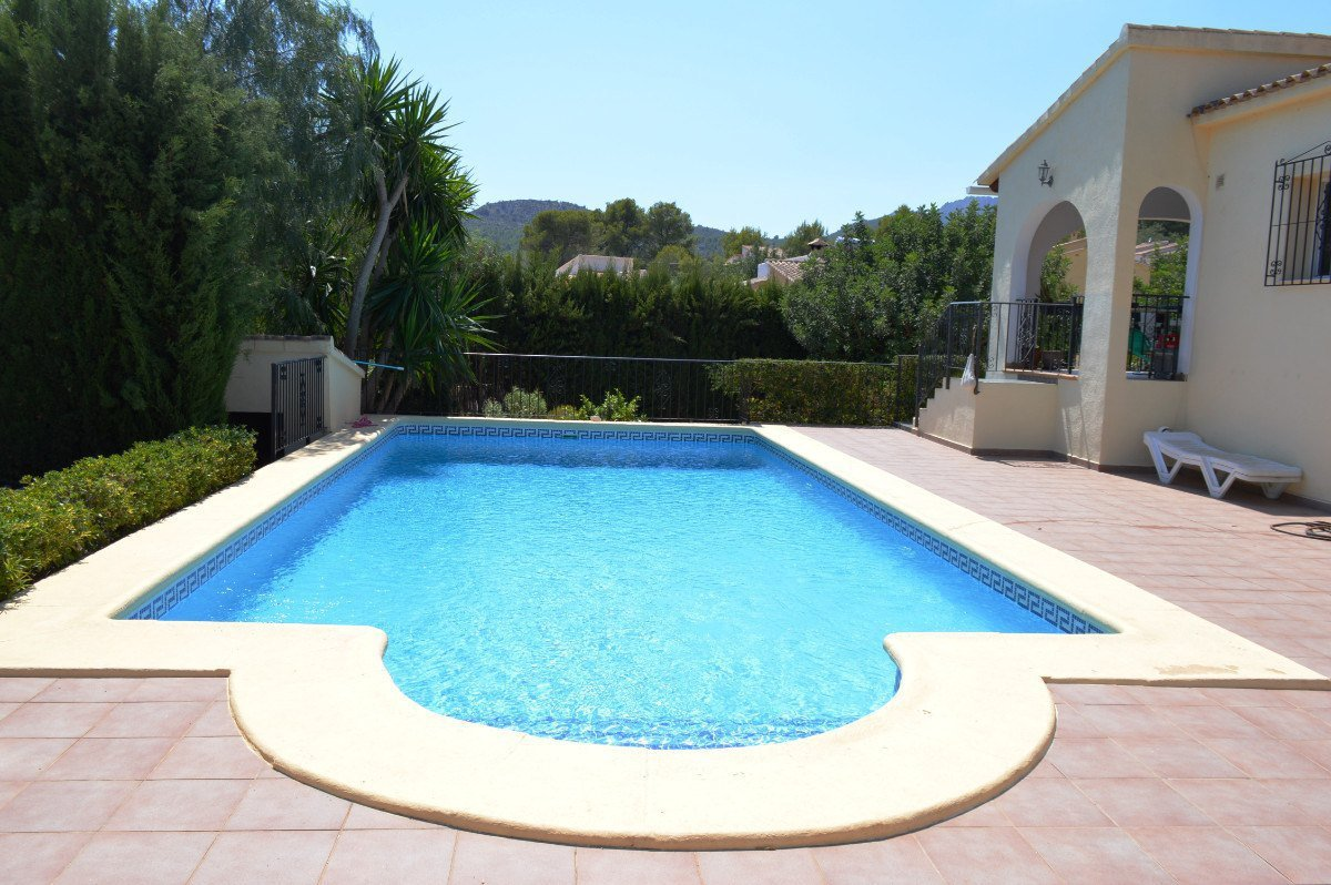 Impressive villa on a flat plot, walking distance to village