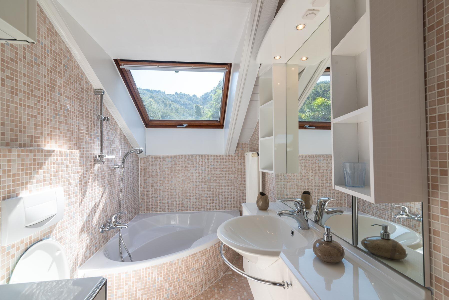 Modern villa near Stresa centre - restroom