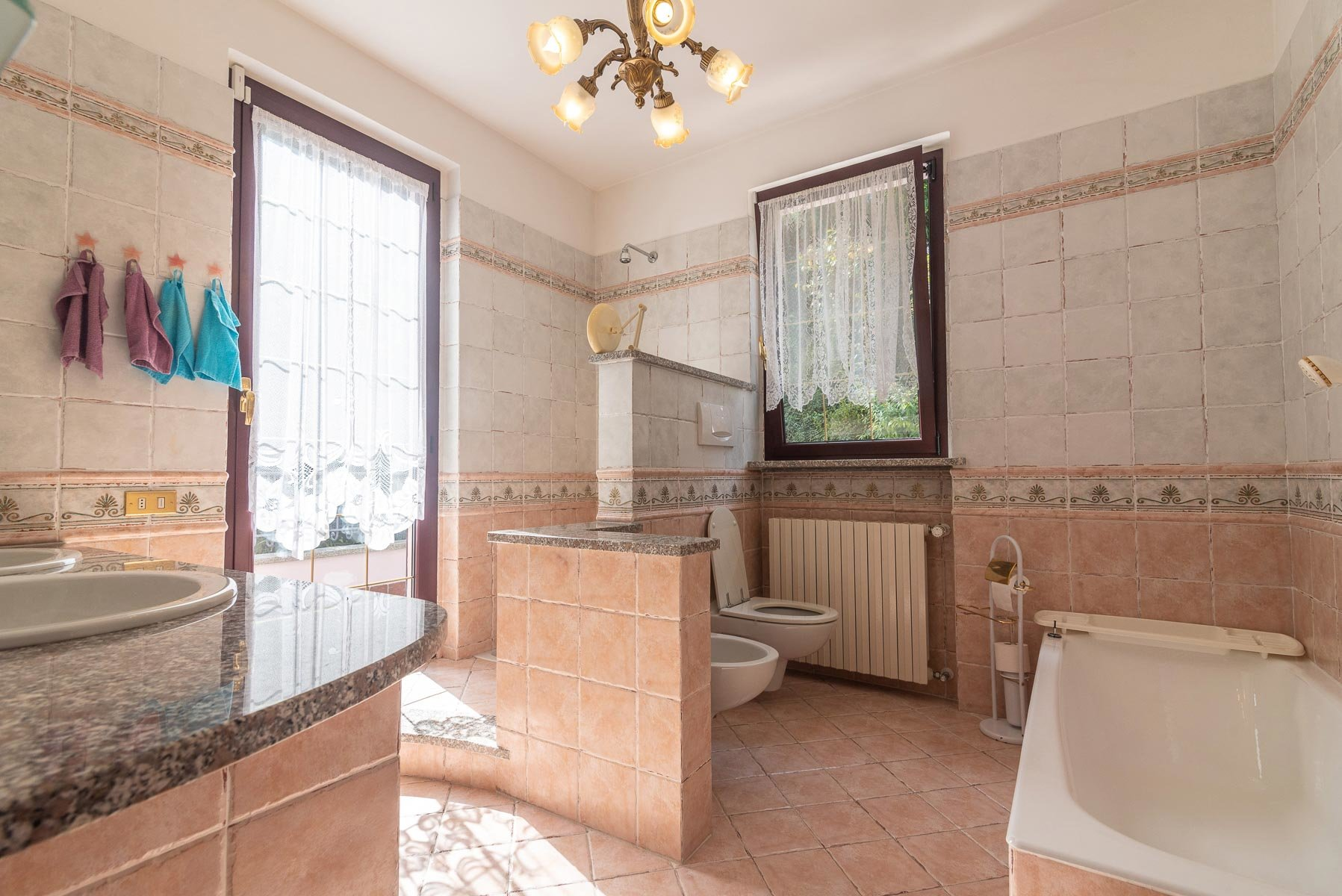 Modern villa near Stresa centre - bathroom with tub