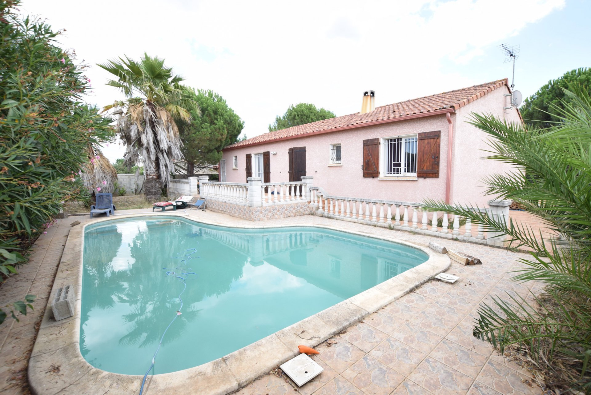 Maison de plain pied avec piscine et jardin