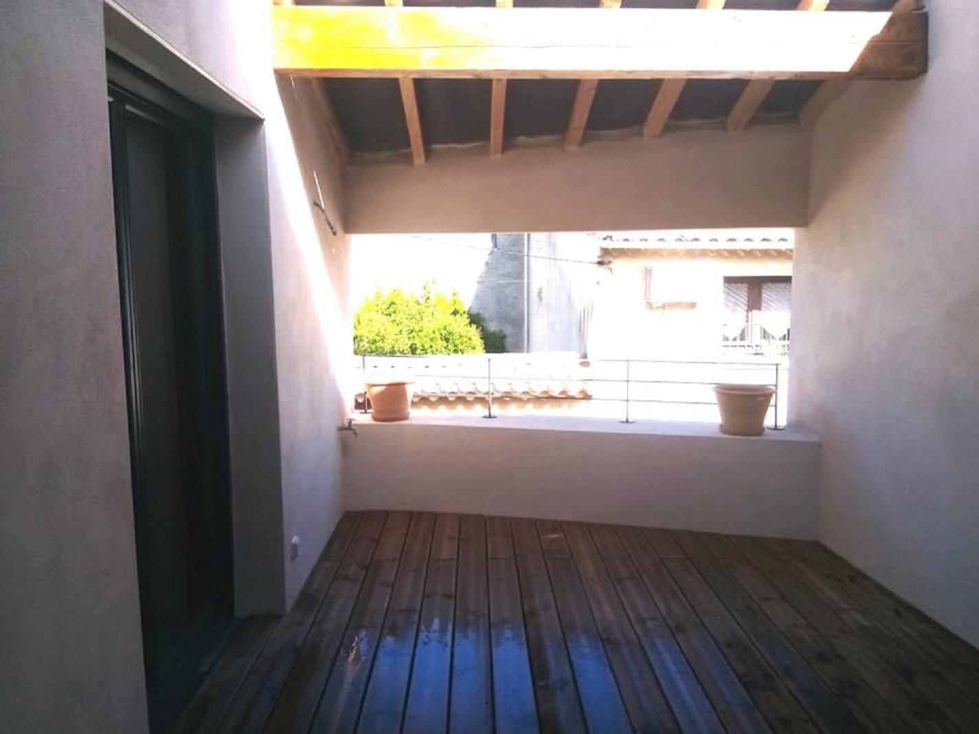 Byhus med innergård och terrass