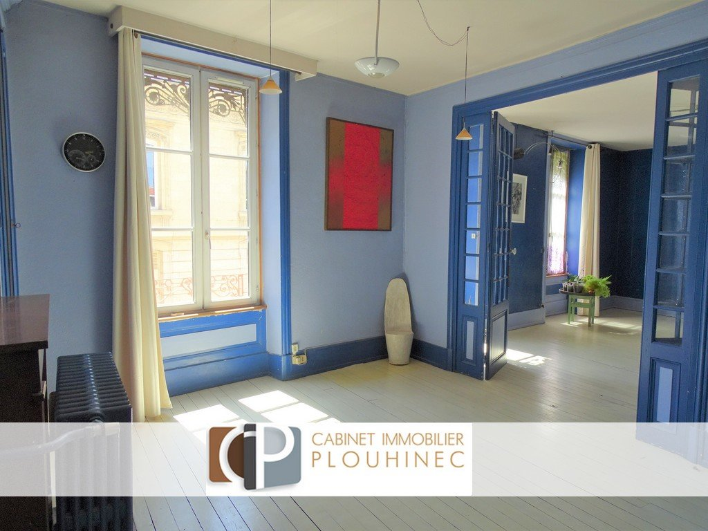 Au centre ville de Mâcon, à 7 mn à pied de la gare tout en étant au calme, venez découvrir un produit de charme au sein d'une petite copropriété composée de 3 logements.  L'appartement se compose d'une grande pièce de vie de 45 m² avec espace salon - salle à manger - cuisine, de trois grandes chambres, de deux petits bureaux accolés, d'un bel espace travail de 43 m² et d'une grande salle de bain.   L'ensemble de 190 m² est à personnaliser selon vos envies (deux entrées indépendantes pour division, possibilité de l'aménager pour un usage professionnel etc...) En rez de chaussée, il dispose en plus d'un grand garage, d'un bel atelier et de pièces de rangement.  Deux caves et un jardin commun arboré (parcelle de 518 m²) complètent ce bien.  Vous serez séduits par le charme de ce bel appartement (hauteurs sous plafond, cheminées en marbre..), son potentiel et surtout son cadre privilégié ! Honoraires à charge vendeurs.