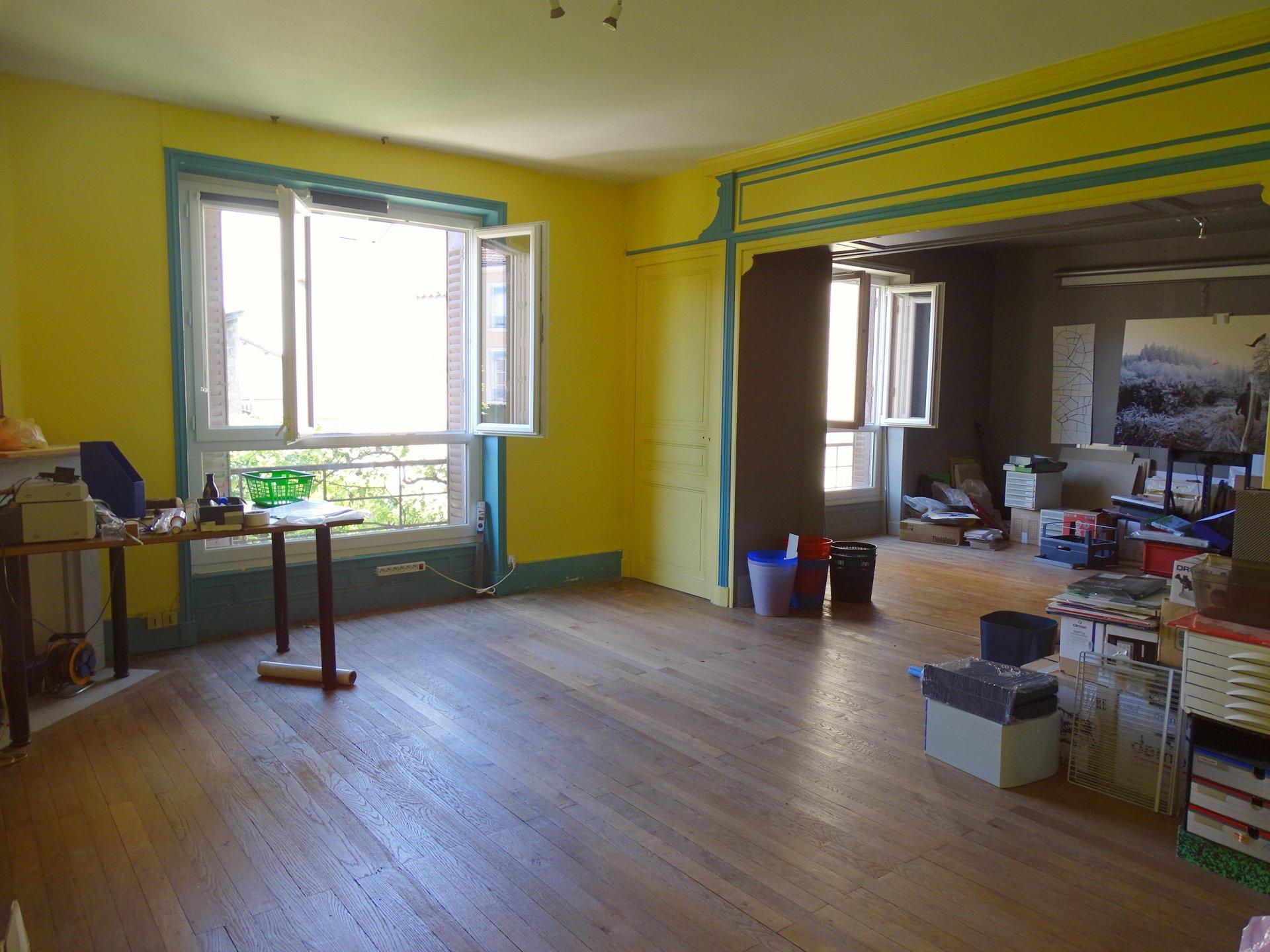 Au centre ville de Mâcon, à 7 mn à pied de la gare tout en étant au calme, venez découvrir un produit de charme au sein d'une petite copropriété composée de 3 logements.  L'appartement se compose d'une grande pièce de vie de 45 m² avec espace salon - salle à manger - cuisine, de trois grandes chambres, de deux petits bureaux accolés, d'un bel espace travail de 43 m² et d'une grande salle de bains.   L'ensemble de 190 m² est à personnaliser selon vos envies (deux entrées indépendantes pour division, possibilité de l'aménager pour un usage professionnel etc...) En rez-de-chaussée, il dispose en plus d'un grand garage et d'une pièce de rangement.  Deux caves et un jardin commun arboré (parcelle de 518 m²) complètent ce bien.  Vous serez séduits par le charme de ce bel appartement (hauteurs sous plafond, cheminées en marbre..), son potentiel et surtout son cadre privilégié ! Honoraires à la charge du vendeur.
