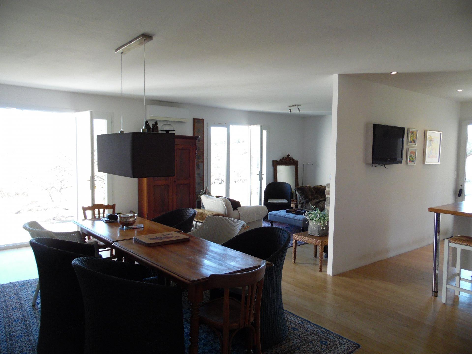 Te koop in Auzances, nieuw woonhuis, dubbele garage, tuin en uitzicht.