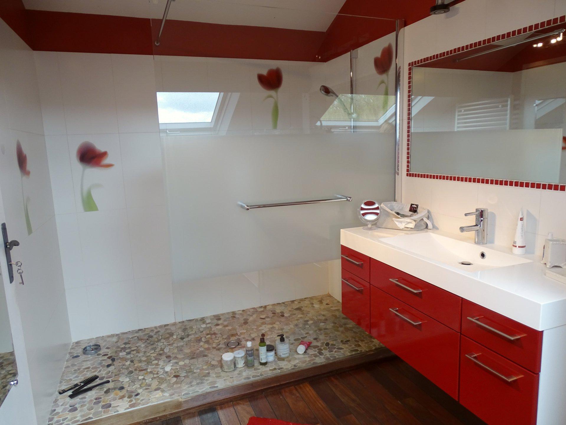 SOUS COMPROMIS DE VENTE A 7 min de Feillens, proche accès autoroute, au calme absolu, venez découvrir cette belle ferme bressanne rénovée d'une surface de 170 m² habitable. Cette maison se compose d'une cuisine équipée, un bel espace salle à manger, deux salons, quatre chambres, une salle de bains (douche et baignoire), une salle d'eau, 2 toilettes, une buanderie ainsi qu'un bureau. Vous serez séduits par sa rénovation de qualité, ses grandes ouvertures et ses nombreux rangements. Maison très lumineuse sans vis à vis. Un garage ainsi qu'une dépendance complètent ce bien. Le tout est implanté sur un terrain clos de 6 690 m² avec piscine. Honoraires à la charge du vendeur.