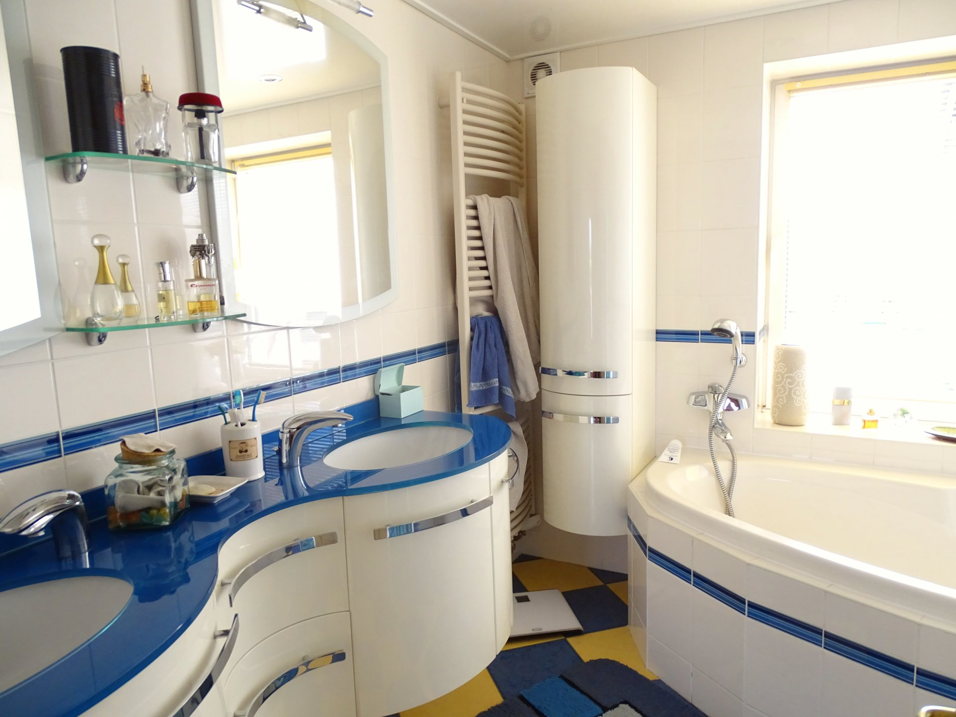A 7 min de Feillens, proche accès autoroute, au calme absolu, venez découvrir cette belle ferme bressanne rénovée d'une surface de 170 m² habitable. Cette maison se compose d'une cuisine équipée, un bel espace salle à manger, deux salons, quatre chambres, une salle de bains (douche et baignoire), une salle d'eau, 2 toilettes, une buanderie ainsi qu'un bureau. Vous serez séduits par sa rénovation de qualité, ses grandes ouvertures et ses nombreux rangements. Maison très lumineuse sans vis à vis. Un garage ainsi qu'une dépendance complètent ce bien. Le tout est implanté sur un terrain clos de 6 690 m² avec piscine. Honoraires à la charge du vendeur.