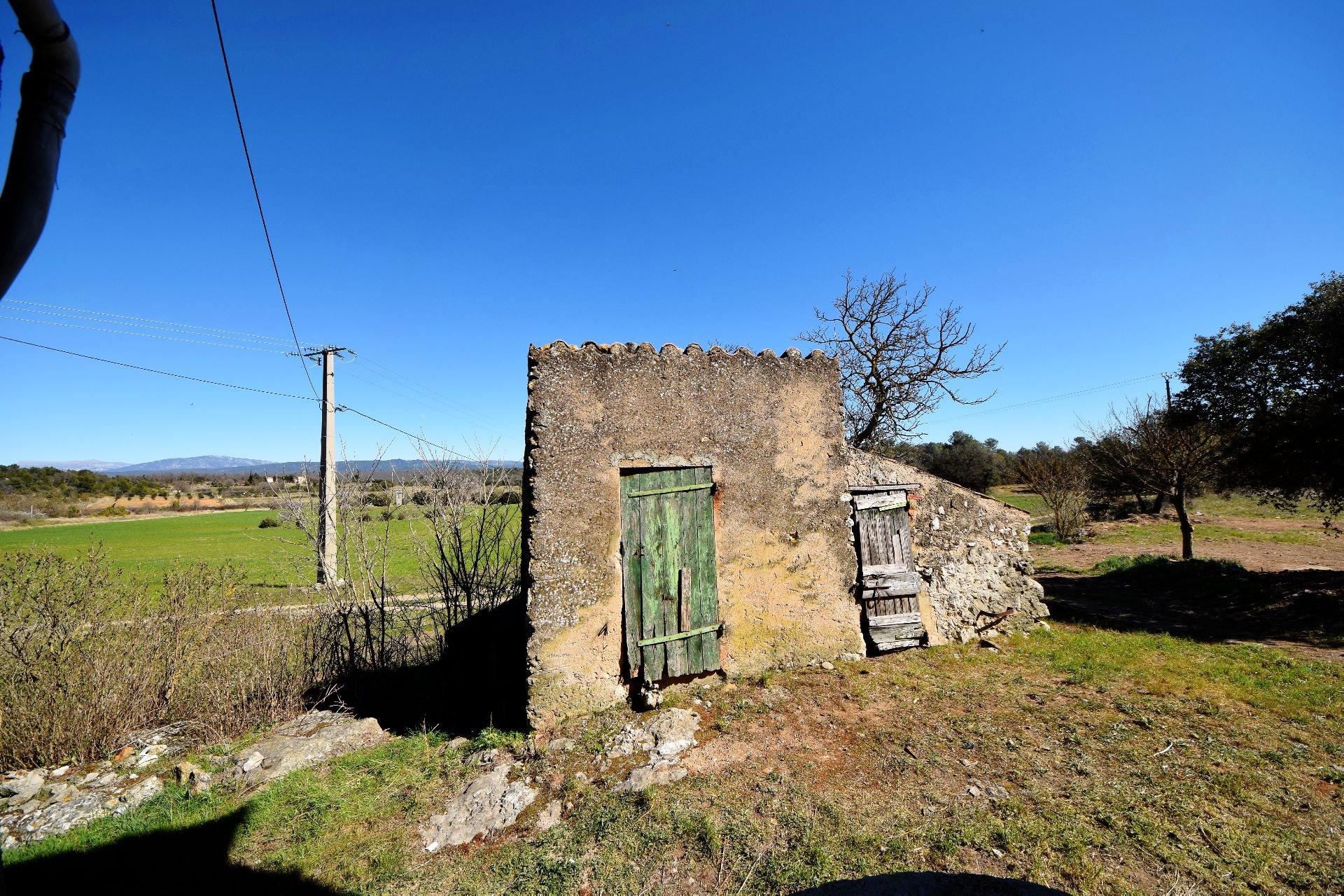 Ferme mitoyenne à rénover sur 2 ha Montmeyan Var