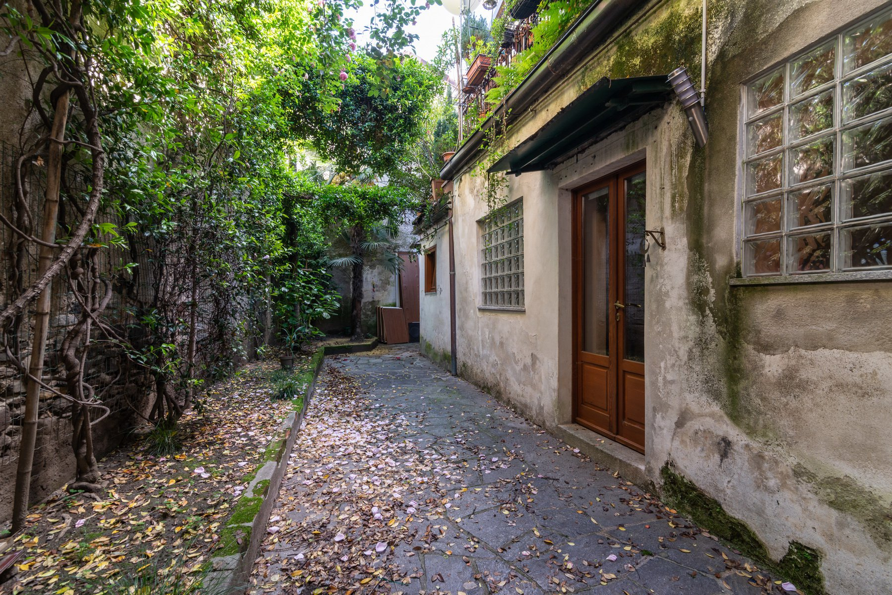 Historical house for sale in Lesa-exit