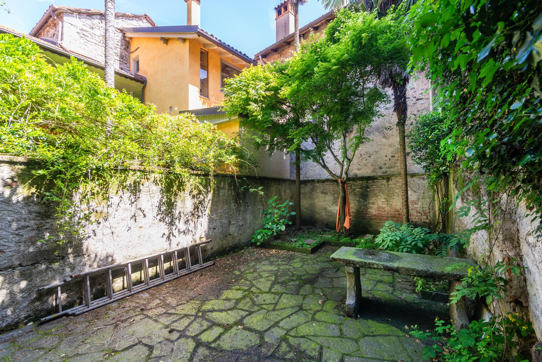 Historic house for sale in Lesa-bench
