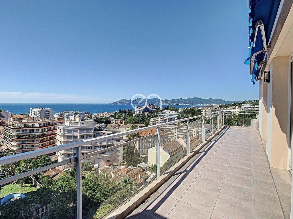 CANNES FOR SALE TOP FLOOR 2-BEDROOM 100SQM WITH TERRACE AND PANORAMIC SEA VIEW.