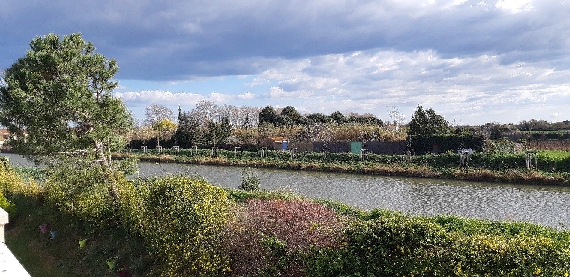 Villa med vacker utsikt över kanalen