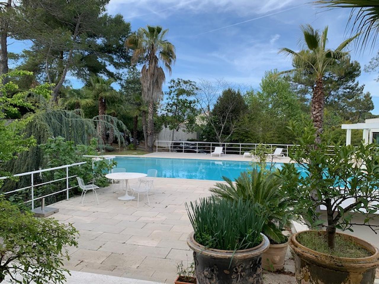 Renoveringsobjekt med stort potential - pool - separat lägenhet