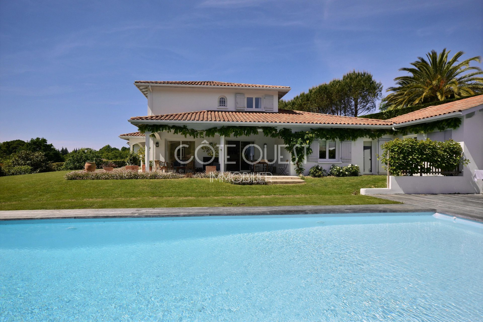 SAINT JEAN DE LUZ. AN 11-ROOM VILLA WITH A SWIMMING POOL