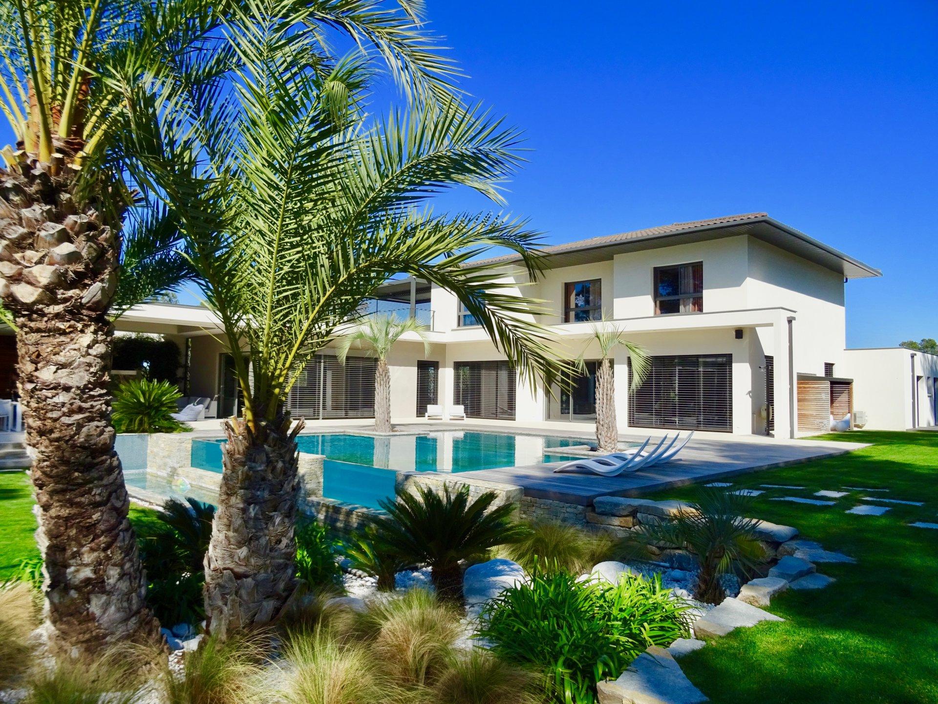 villa ; jardin ; piscine ; prestige ; terrasse ; extérieur