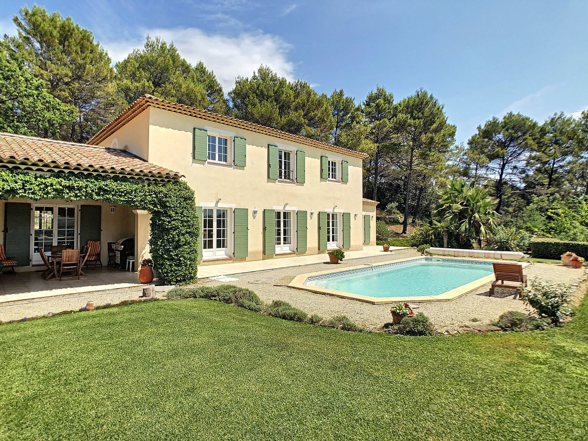 Luxurious villa, 4 bedrooms, 4 bathrooms, and olive grove close to Flayosc