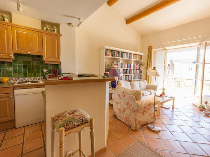 Beautiful two bedroom apartment in the heart of the Domaine de Golf du Pont Royal in Mallemort, 30 mins from Aix en Provence with allocated parking and access to a private pool