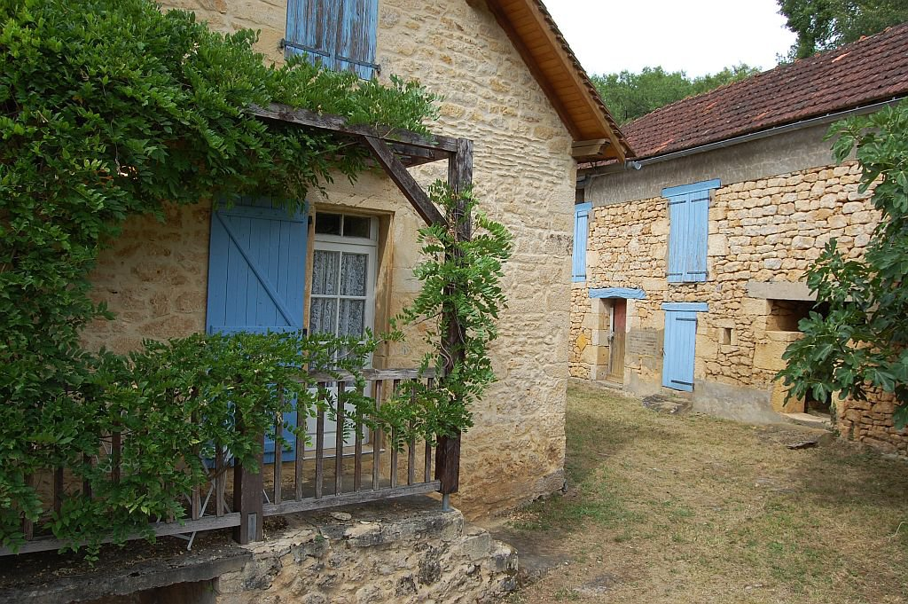 DORDOGNE - Old house with large outbuilding to renovate on 2.913 m2.